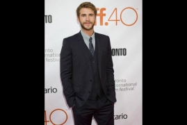 Liam Hemsworth's parents join him on his lunch date