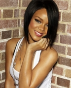 Rihanna to perform despite rib injury
