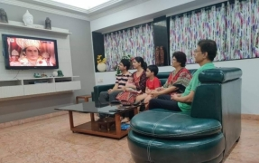 Arun Govil watches 'Ramayan' with family, photo goes viral