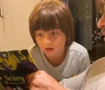 SRK celebrates son AbRam's b'day by narrating 'scary' stories to him